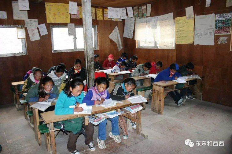 希拉里幫助建立的學校和診所