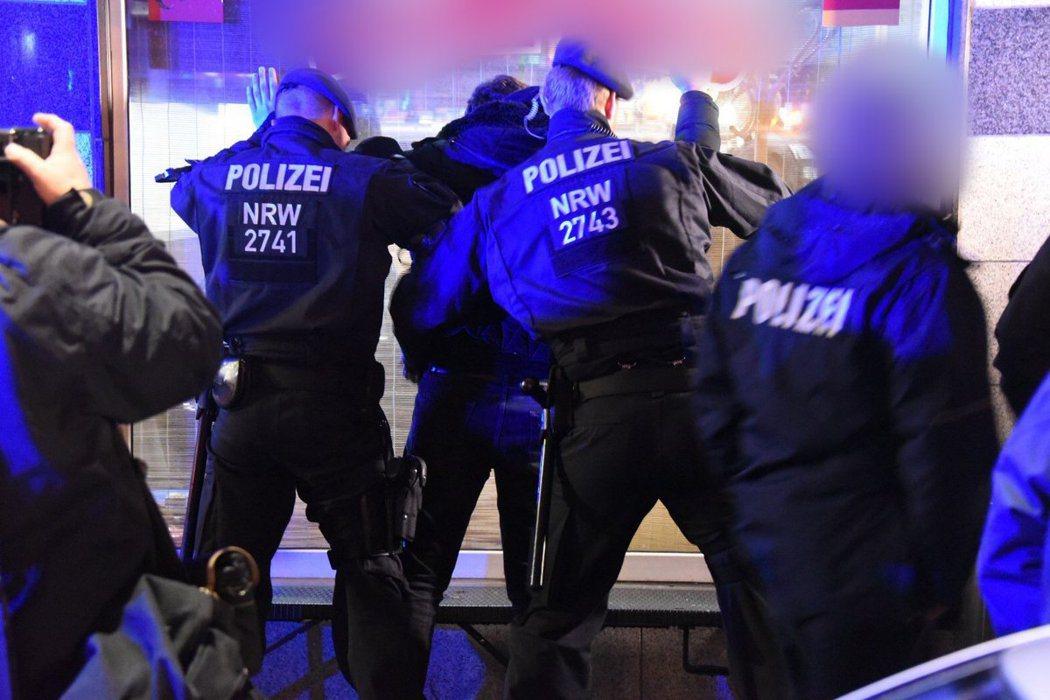 「採取『零容忍』策略,以最大程度的監控和通緝行動施壓,以有效對付組織犯罪的擴張—...