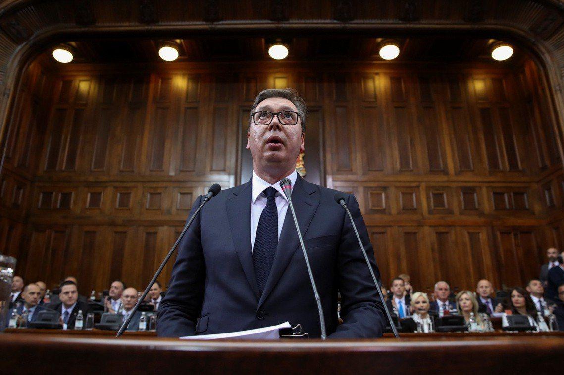 在爭議爆發的前一天,塞爾維亞總統武契奇27日才剛在國會內發表演說,呼籲各黨派「認...