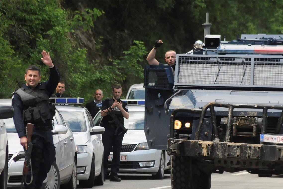 科索沃在5月28日以掃黑名義,「突襲」米特羅維察的塞爾維亞區大本營。圖為科索沃武...