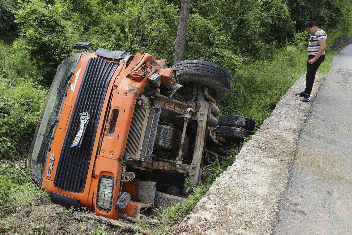 北科塞族為了阻止科索沃警力突襲進駐而設置的卡車路障,但被科索沃部隊清除。 圖/路...
