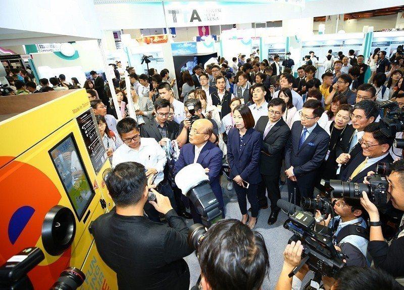 InnoVEX開幕典禮貴賓參訪台南市政府館,其中,主打循環經濟的凡立橙公司介紹全...
