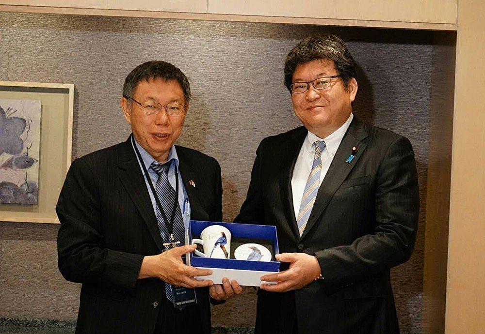 柯文哲(左)訪日行拜會日本眾議員萩生田光一(右),談到福島核食議題。台北市政府提...