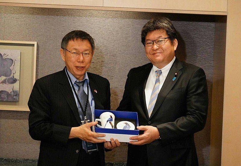 柯文哲(左)訪日行拜會日本眾議員萩生田光一(右),談到福島核食議題。台北市政府提供