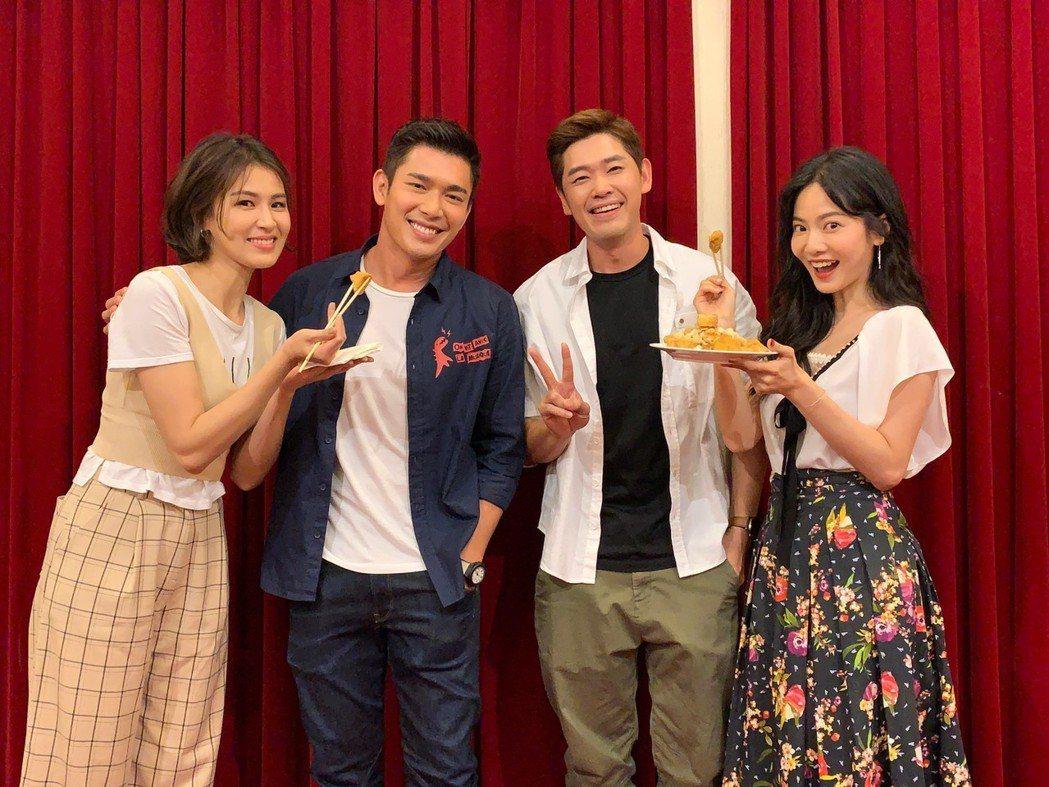 曾沛慈(左)、曾之喬(右)餵黃俊雄(左二)、陳羅密歐吃臭豆腐。圖/拙八郎提供