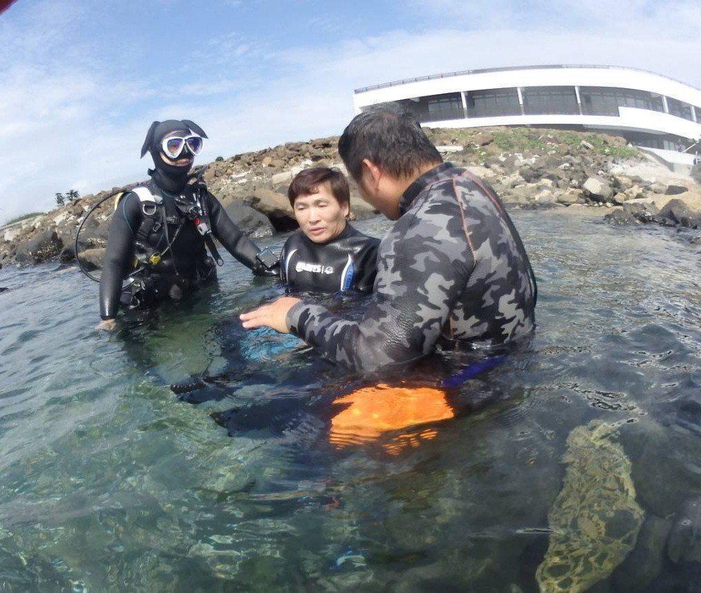 蔡義德(中)挑戰潛水。圖/PIDC澎湖國際潛水中心提供