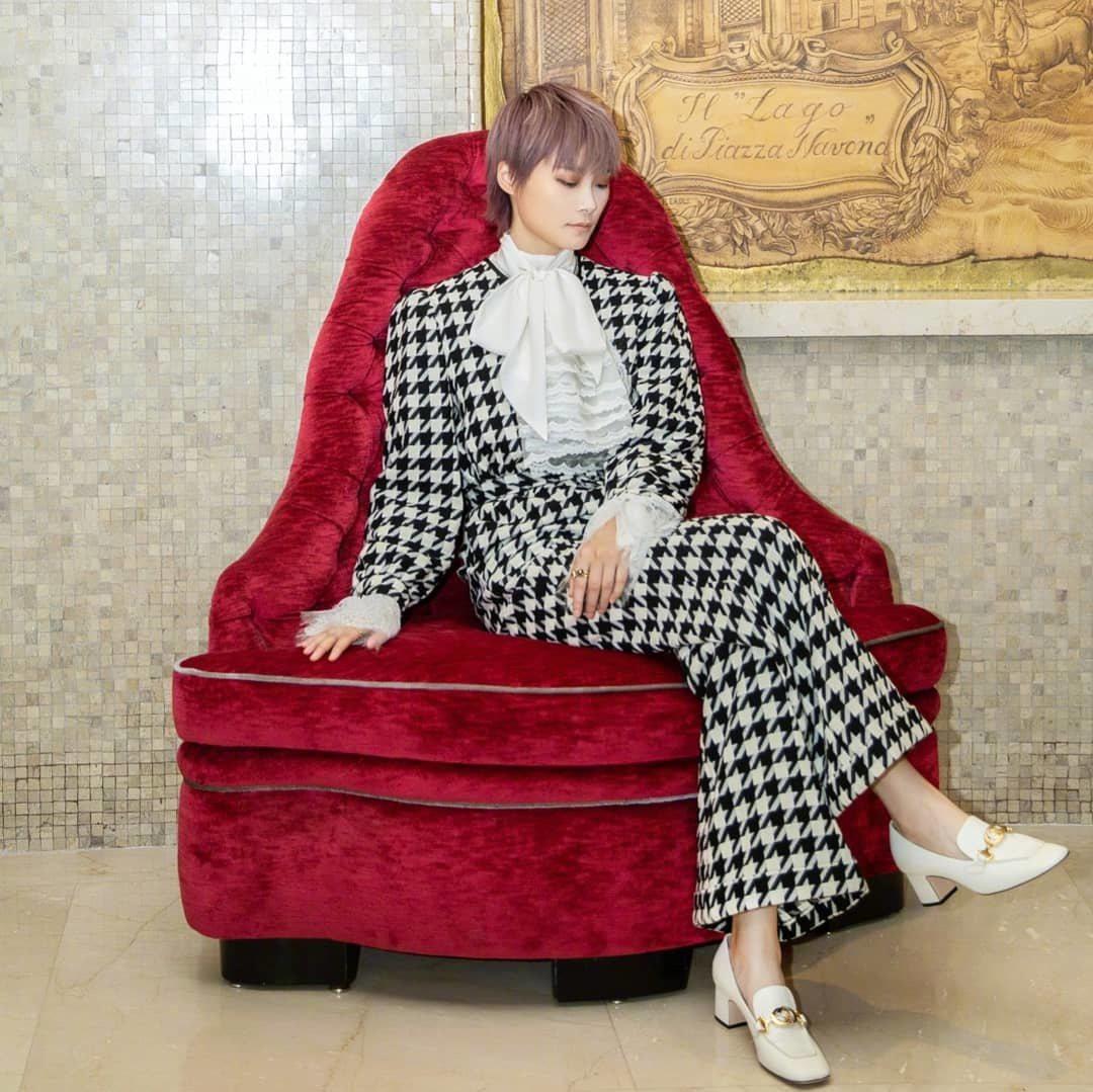 穿著Gucci秋冬黑白千鳥紋褲裝套裝的李宇春,則是展現出帶點率性風的宮廷貴氣感。...