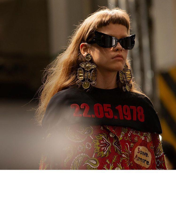 整體服裝風格以七○年代流行的輪廓為主,呼應當時女權運動興起的時空背景,而服裝上出...