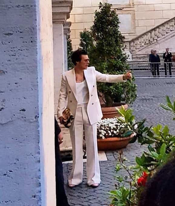 哈利之在早春秀上又換上一身白色西裝配低胸上衣搭手拿包,手上還擦了指甲油,進場前更...
