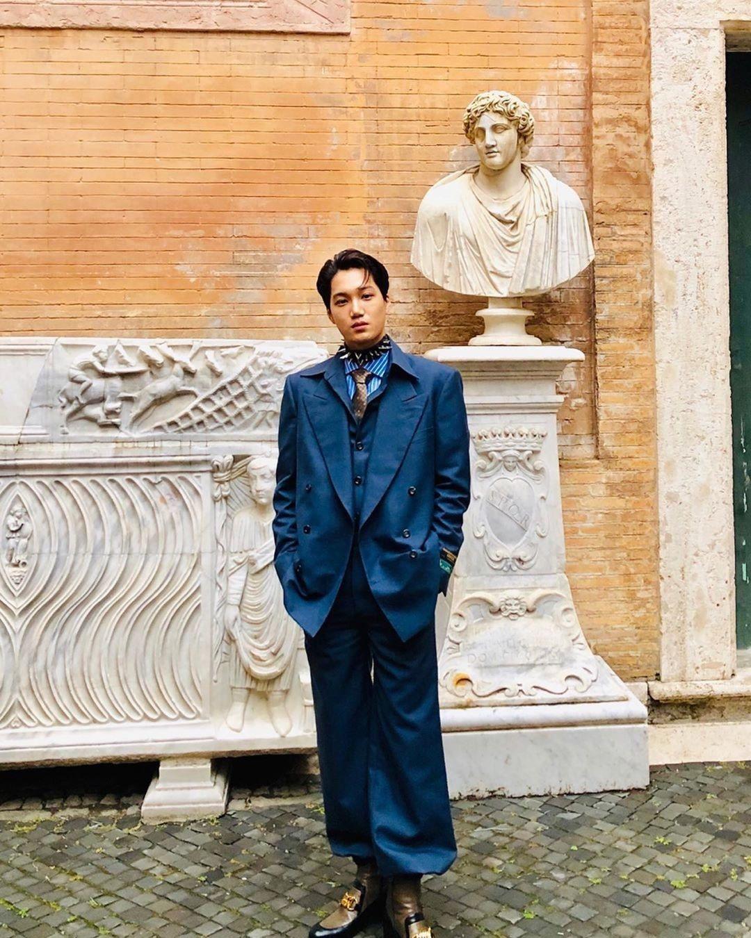 韓星金鍾仁以深藍色西裝現身的他還配戴了尖銳帥氣的鉚釘頸鍊,一身混搭可以說是超級搶...
