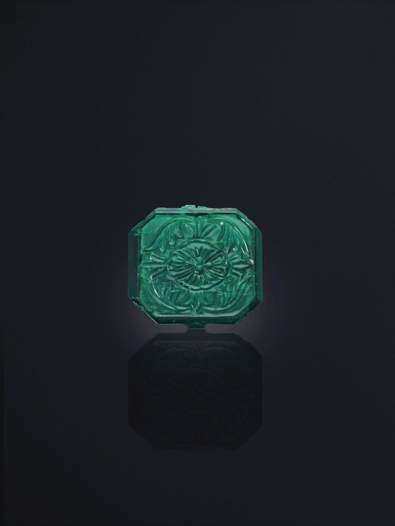 約1650年來自印度北部的87.80 克拉的雕刻祖母綠。圖/佳士得提供