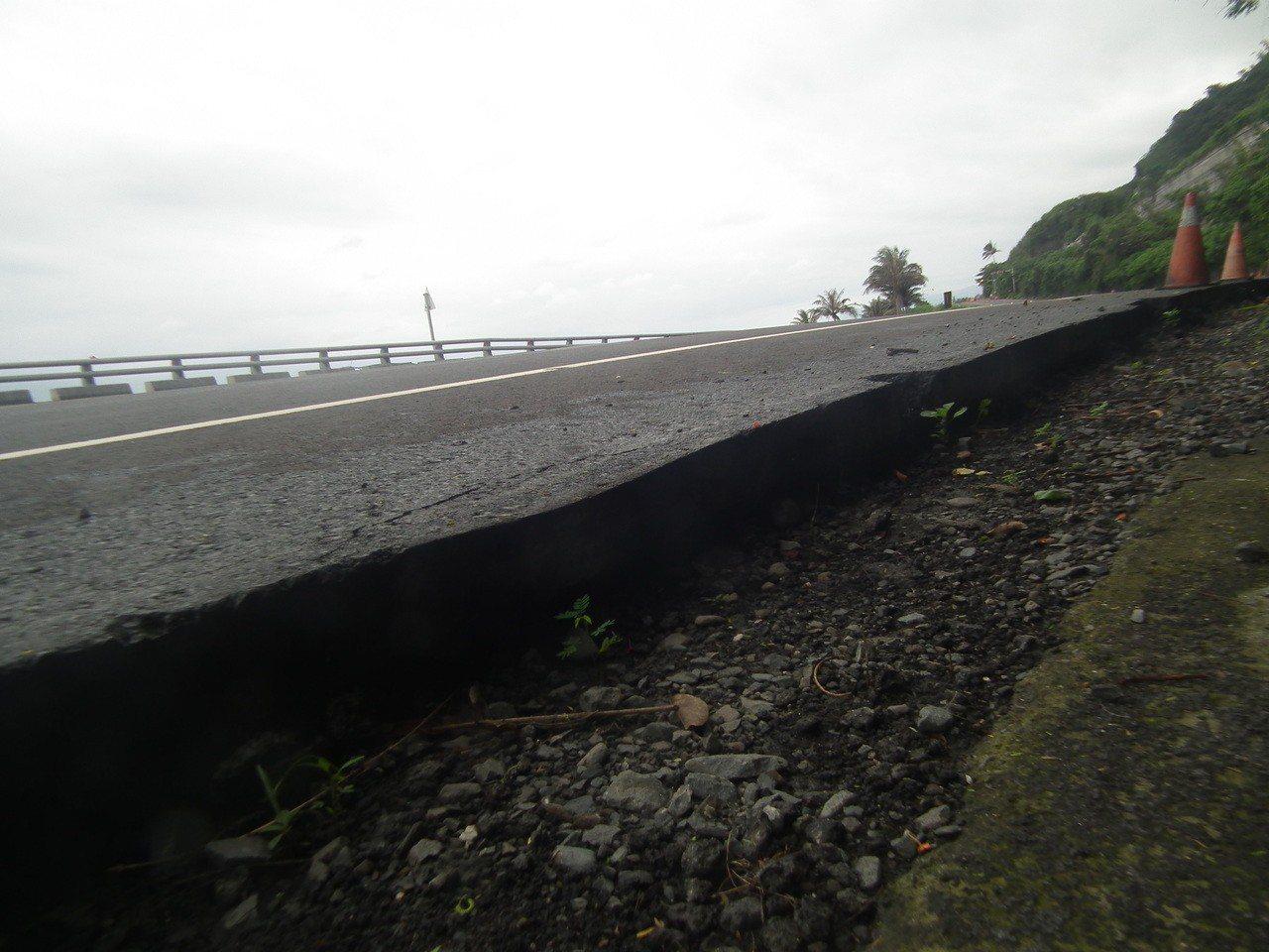 近期因排水工程施工,南迴公路路邊切割開來,讓柏油路面鋪設「厚度」曝光。記者尤聰光...