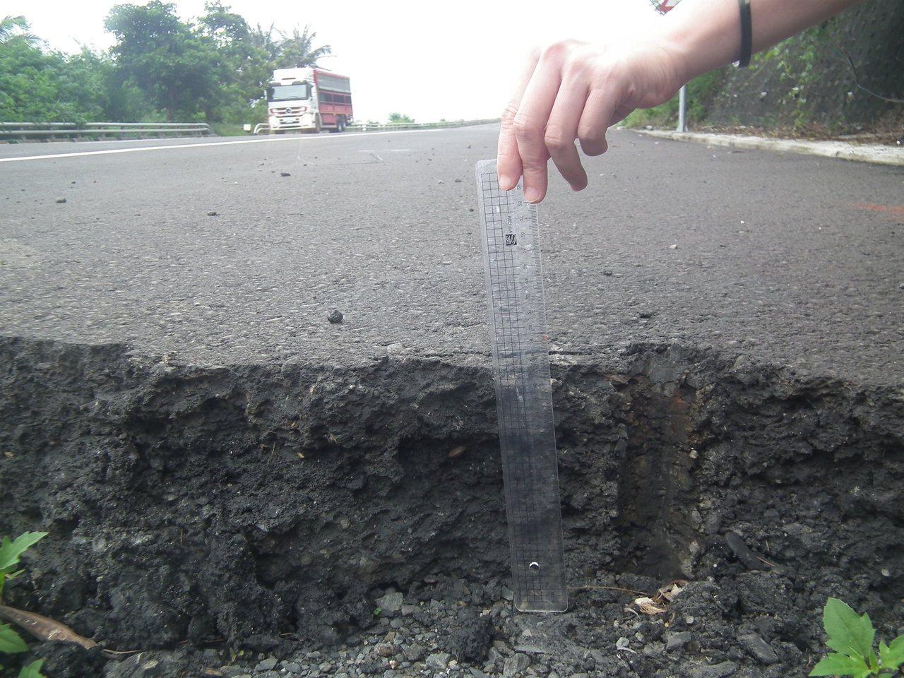 台東南迴公路拓寬工程部分路段陸續完工通車,鋪設的柏油路面厚度達到20公分,民眾稱...
