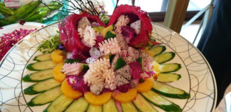 台中星月大地景觀休閒園區推出夏季水果的水龍果入味菜,有多種創意料理。記者游振昇/...