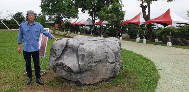 藝術家張家銘和他的作品「豬事大吉」,將放在星月大地景觀休閒園區供遊客欣賞。記者游...