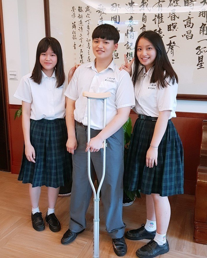 賴彥彬勇敢面對身障讓他交到更多的好朋友,互相支持以榜首錄取國立雲林科技大學,左起許念翔、賴彥彬、施佳君。圖/二信高中提供