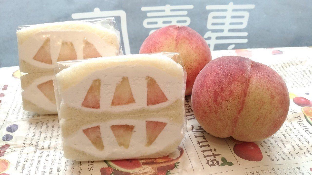 初夏當令的水蜜桃三明治看了好想吃。圖/J Fruit Mart 提供