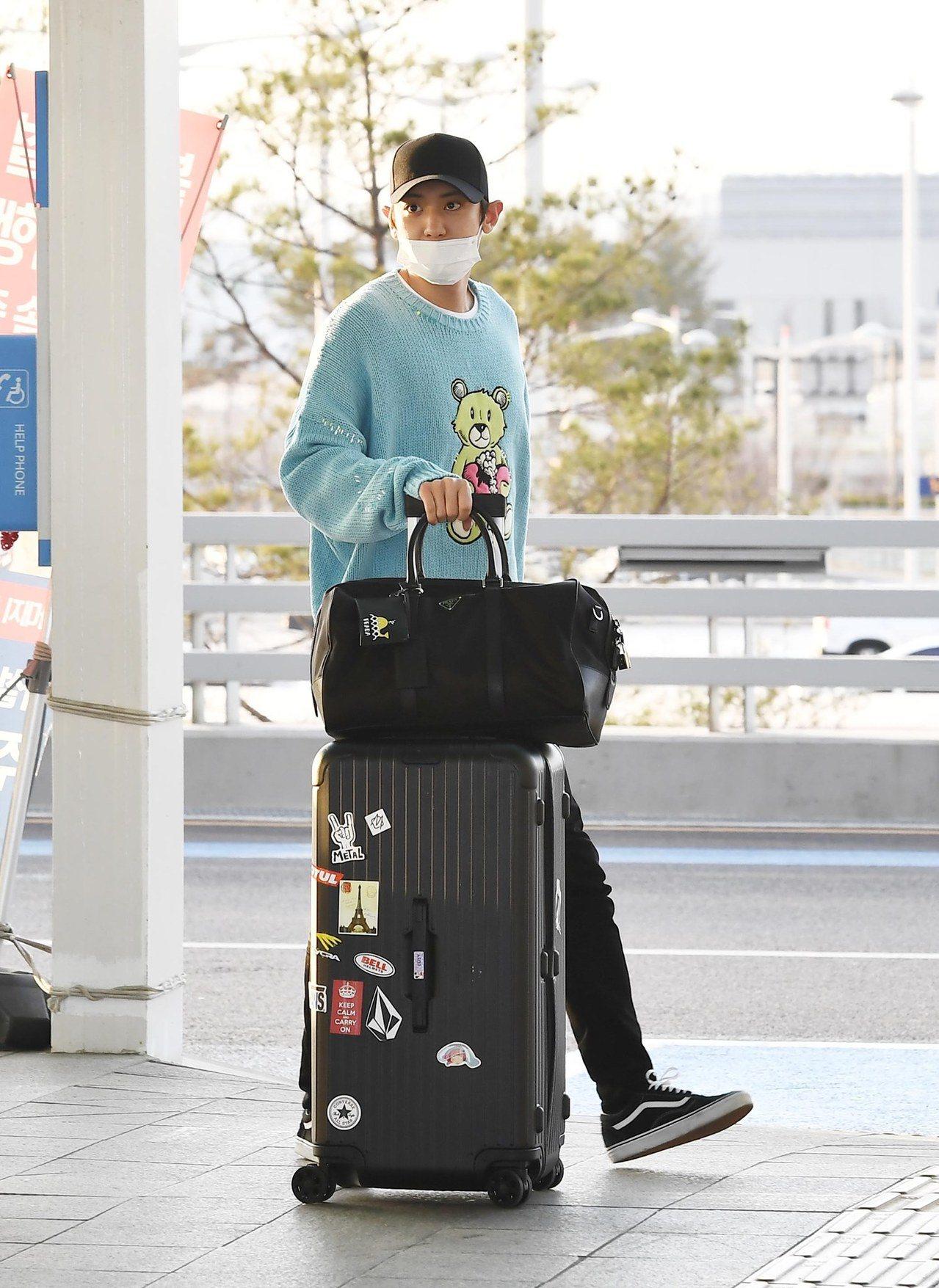 日前,朴燦烈Chanyeol現身機場時,一旁最顯眼的配件就是Rimowa Ess...