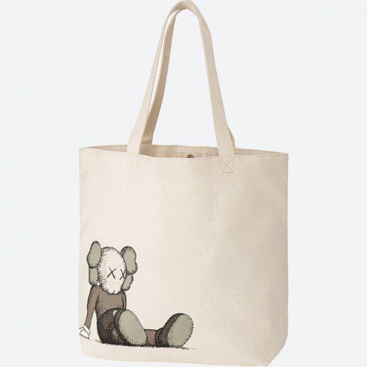 KAWS托特包,售價590元。圖/摘自UNIQLO官網