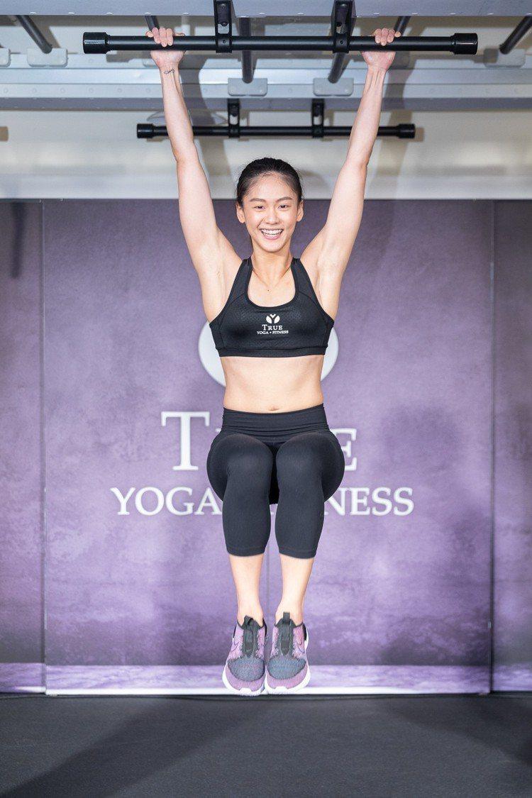 空手道小清新文姿云現場示範下腹抬腿的健身動作。圖/TRUE集團提供