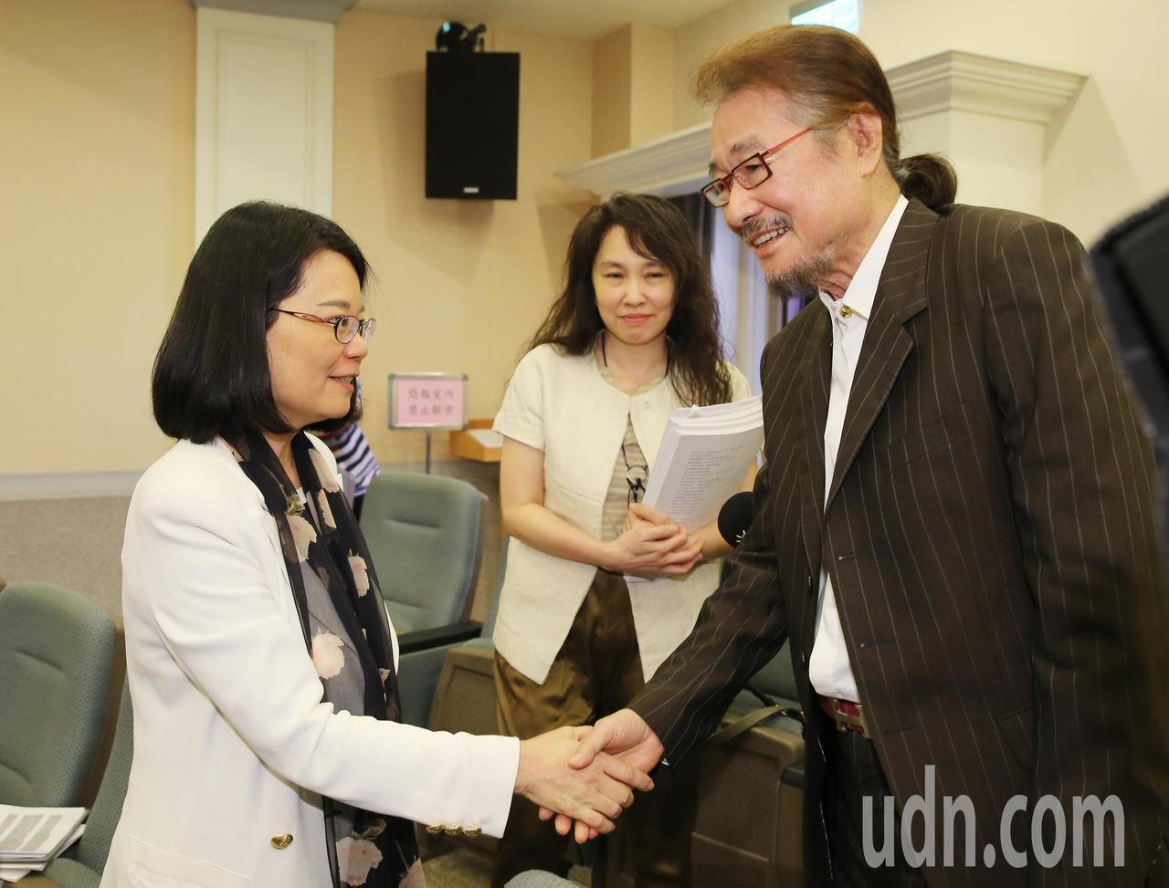 監察委員王美玉(左)24日公布「泰源事件」調查報告,當年同時期也在台東泰源監獄關...