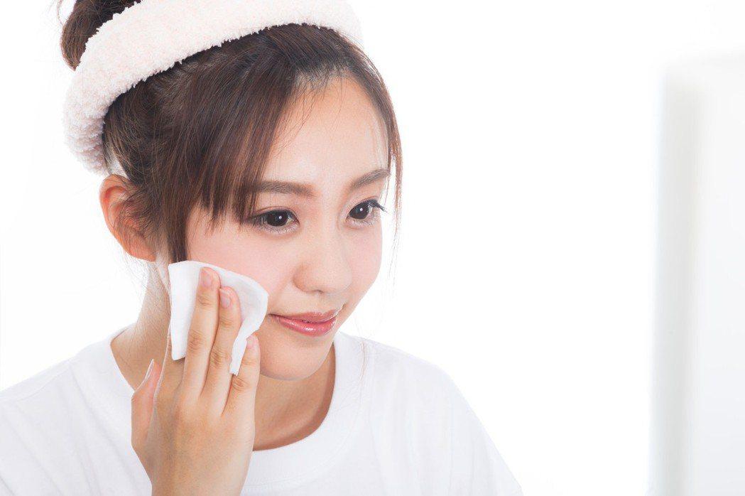 清潔完臉部,可以將多餘的水分,用化妝棉拭乾,減少肌膚的摩擦。圖/摘自pakuta...