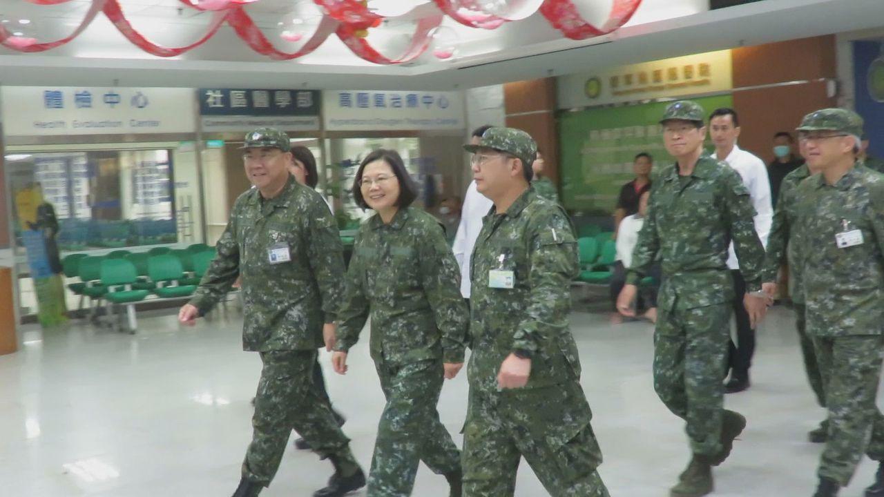 總統蔡英文今天下午,到新竹湖口營區視察實兵對抗演練後,緊接到桃園國軍總醫院,探視...