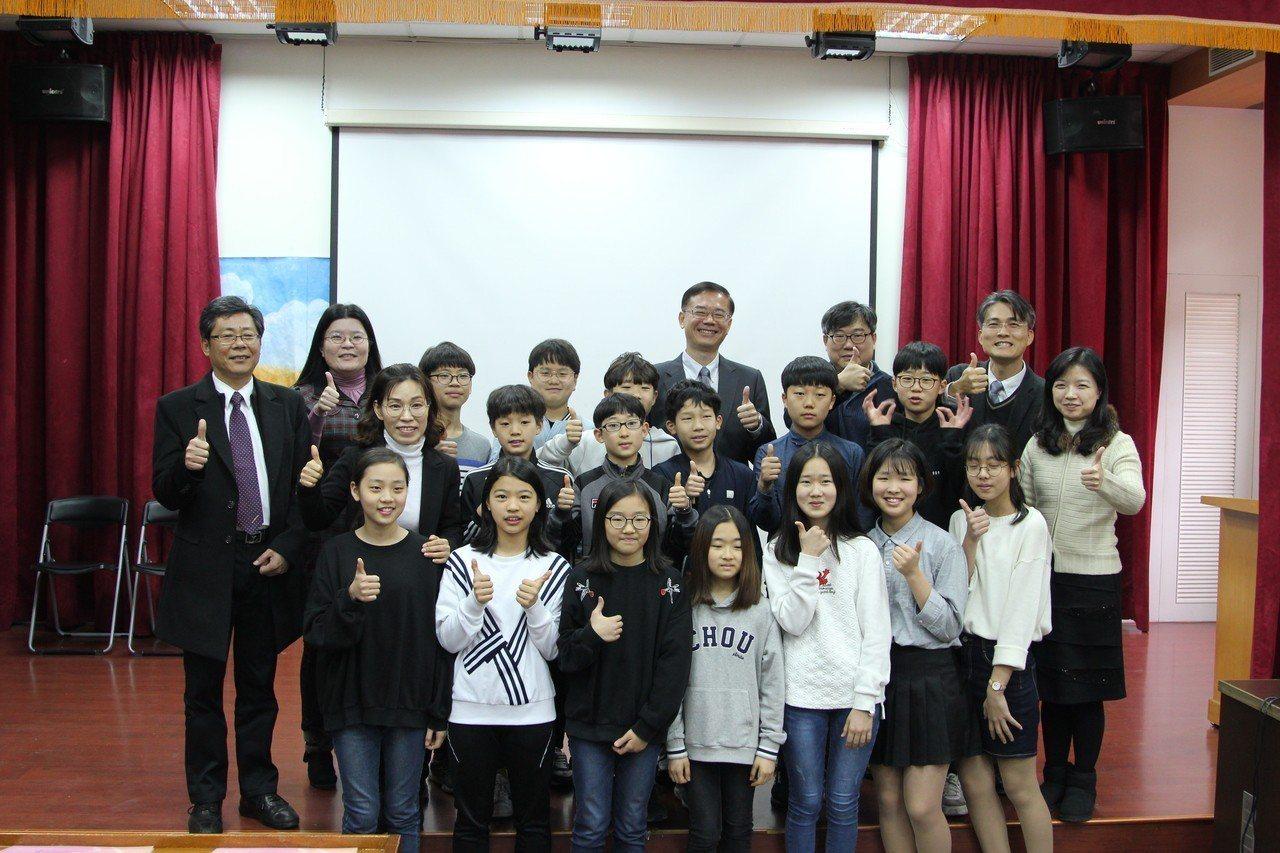 韓國中小學在吳鳳科大參與華語冬令營隊始業式。圖/吳鳳科大提供