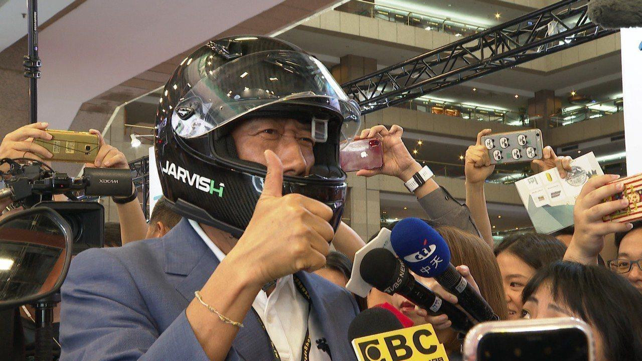 鴻海董事長 郭台銘29日下午前往參觀COMPUTEX,現場試戴藍芽安全帽。記者謝...