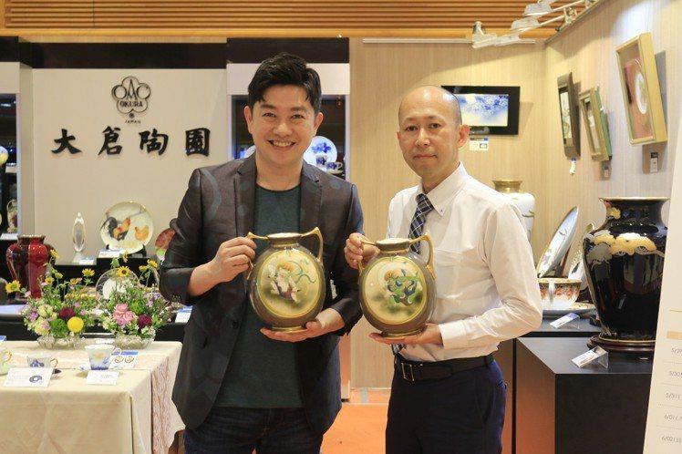 彩繪大師山田智嗣(右)與李明川,展示Noritake雷神/風神花瓶、定價48萬8...