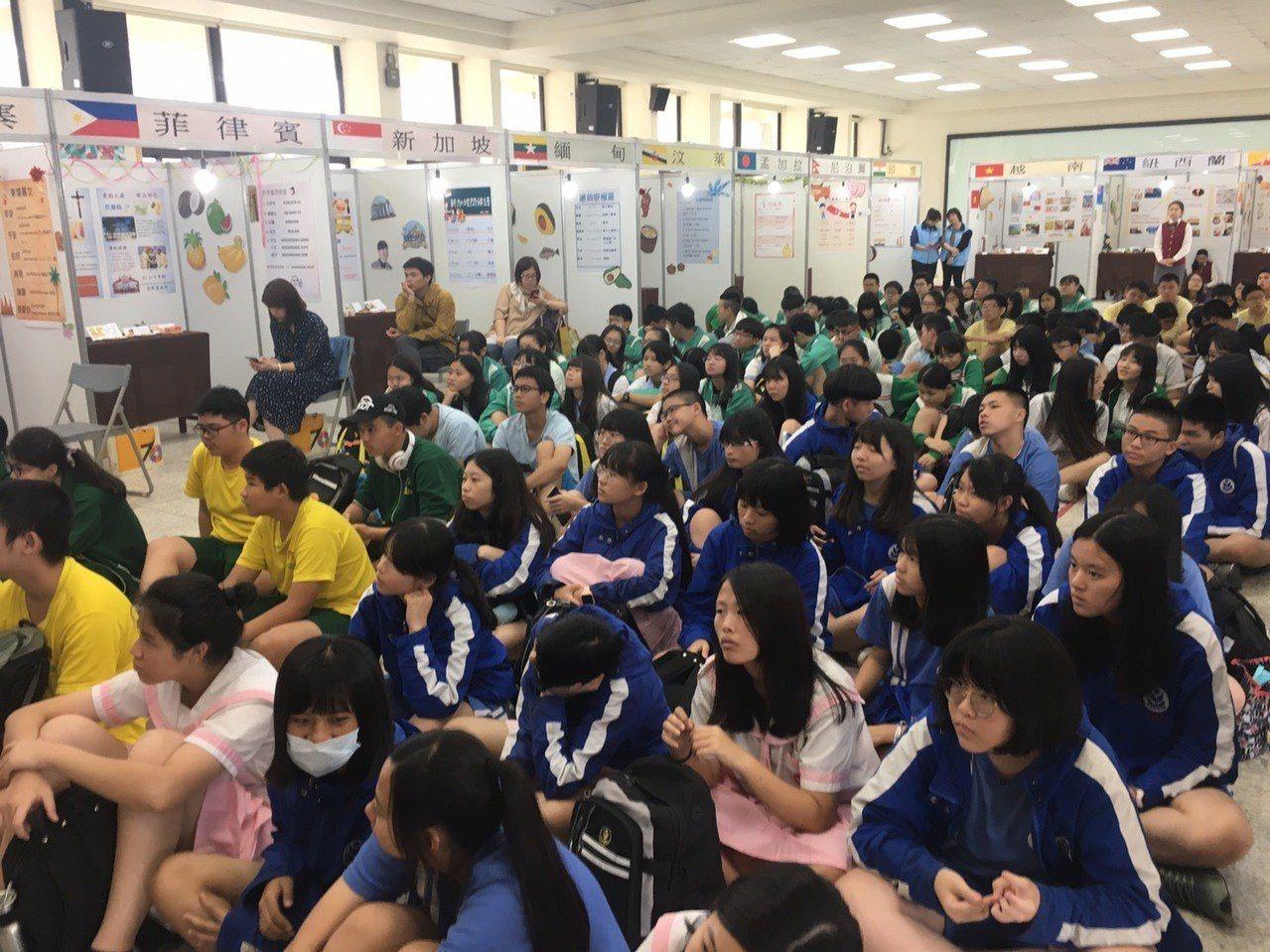 台北市私立金甌女中今和大安高工、開平餐飲聯合舉行技職嘉年華活動。圖/金甌女中提供
