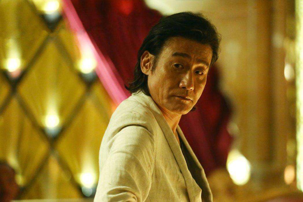 梁家輝在「追龍II:賊王」中飾演超狂綁匪龍志強。圖/華映娛樂提供
