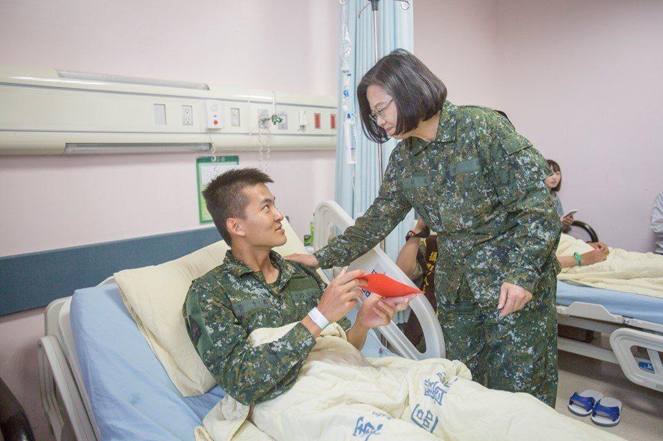 蔡英文總統今天親赴醫院探望、頒發慰問金給受傷士兵。圖/總統府提供