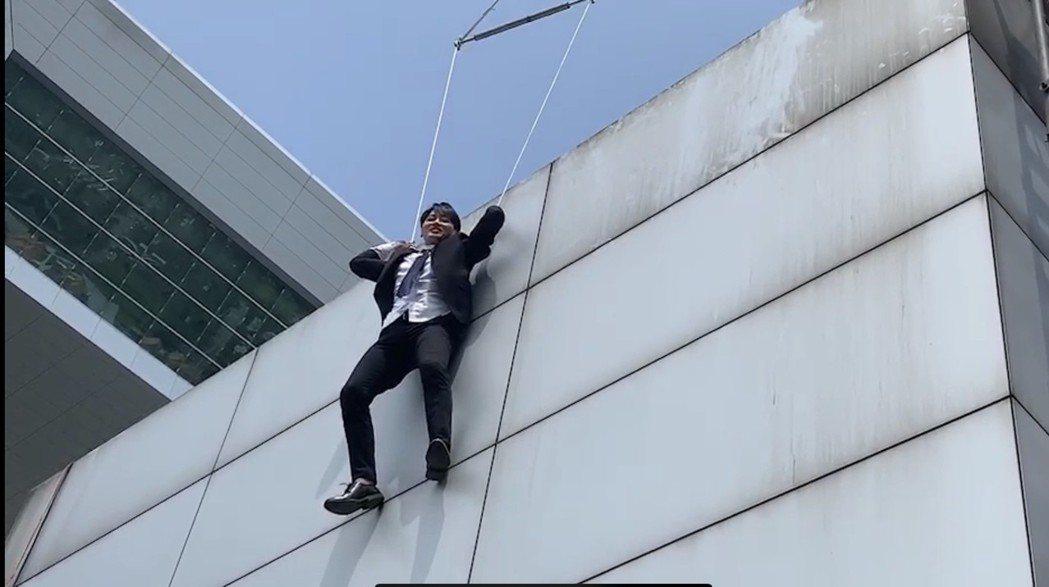馬俊麟外掛在高樓外,直說好像包著尿布一樣一點都不可怕了。圖/民視提供