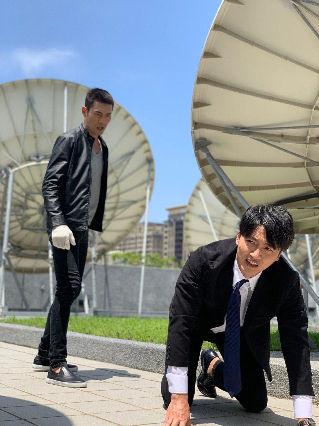 余秉諺跟馬俊麟(右)在天台爭執戲 出動吊車跟吊鋼絲團隊。 圖/民視提供