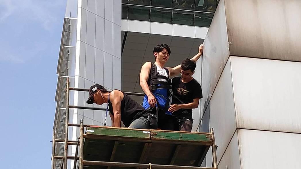 余秉諺跟馬俊麟在天台爭執戲 出動吊車跟吊鋼絲團隊。 圖/民視提供