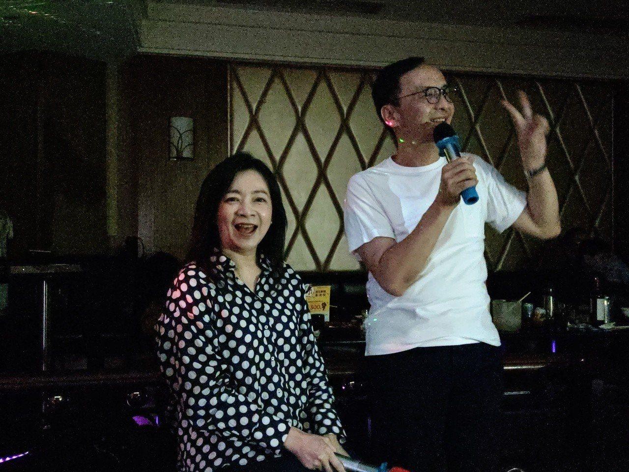 新北市前市長與太太高婉倩合唱情歌。記者劉宛琳/攝影