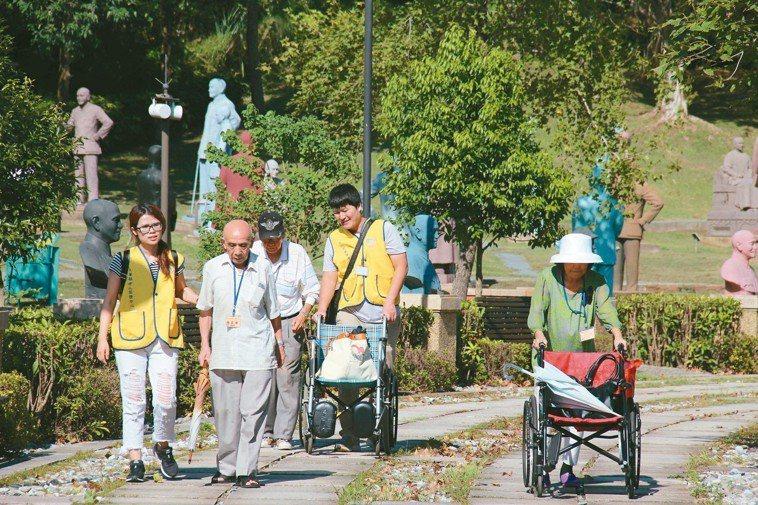 每年萬華老人服務中心郊遊活動,由社工及志工陪伴。 圖/天主教失智老人基金會提供