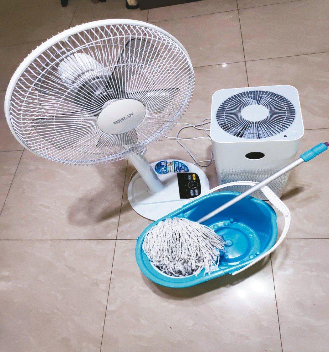 想讓居家空間急速擺脫濕悶的不適感,兒子特地準備省力拖把、變頻省電8段風速立扇及無...