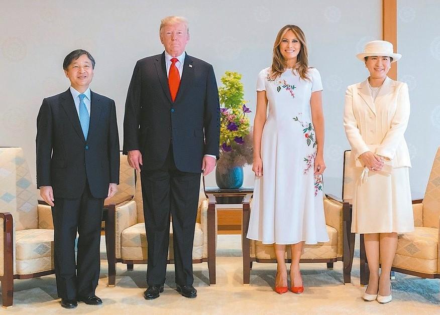 美國總統川普伉儷(左二、左三)27日與新日皇德仁夫婦(左、右)合影。 (法新社)