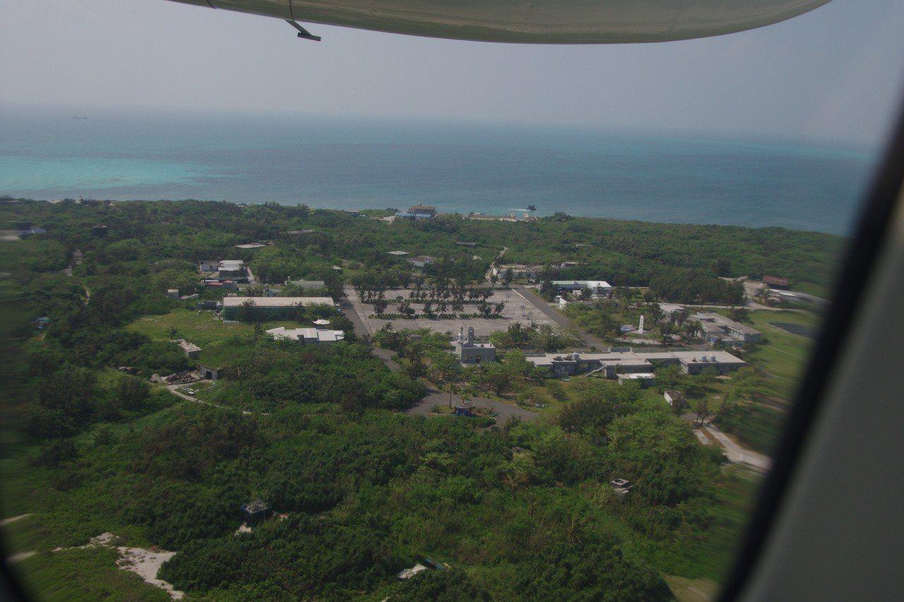 空中鳥瞰東沙島上的營舍。 記者程嘉文/攝影