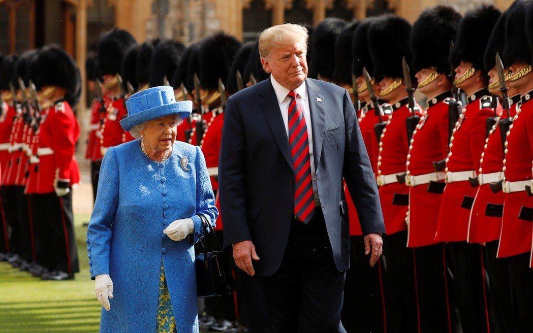 去年7月,女王在溫莎堡接待來訪的美國總統川普。 (路透)