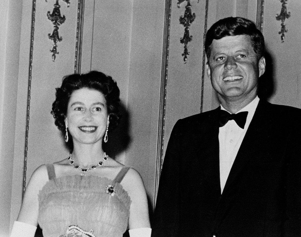 甘迺迪在就任總統不久後訪問英國,圖為1961年6月他跟女王在白金漢宮合影。 (美...