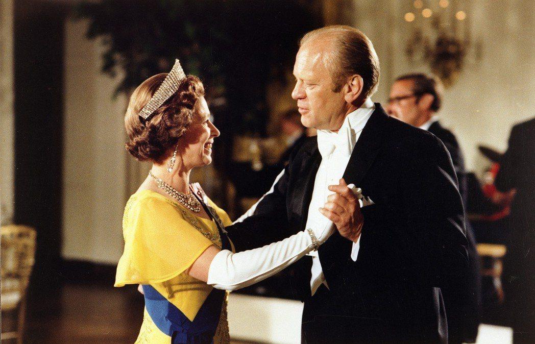 1976年,伊莉莎白女王在白宮跟福特共舞。 (美聯社)