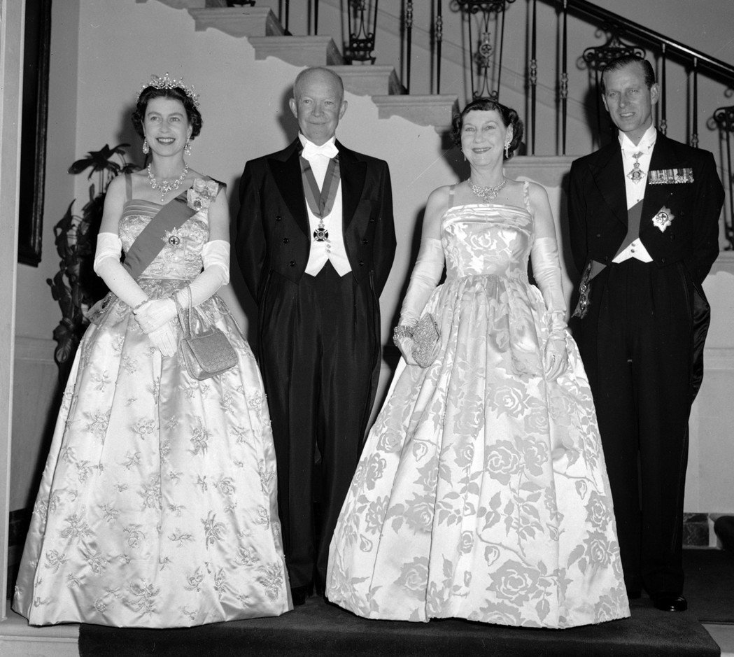 1957年,伊莉莎白女王(左一)和夫婿菲利普親王(右一)對美進行首次國是訪問,會...