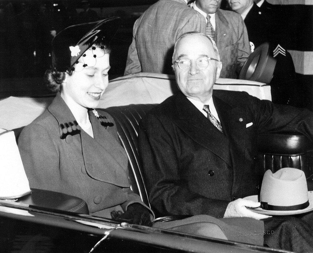 在成為女王前3個月,當時還是公主的伊莉莎白1951年首度訪美,會見杜魯門總統。 ...