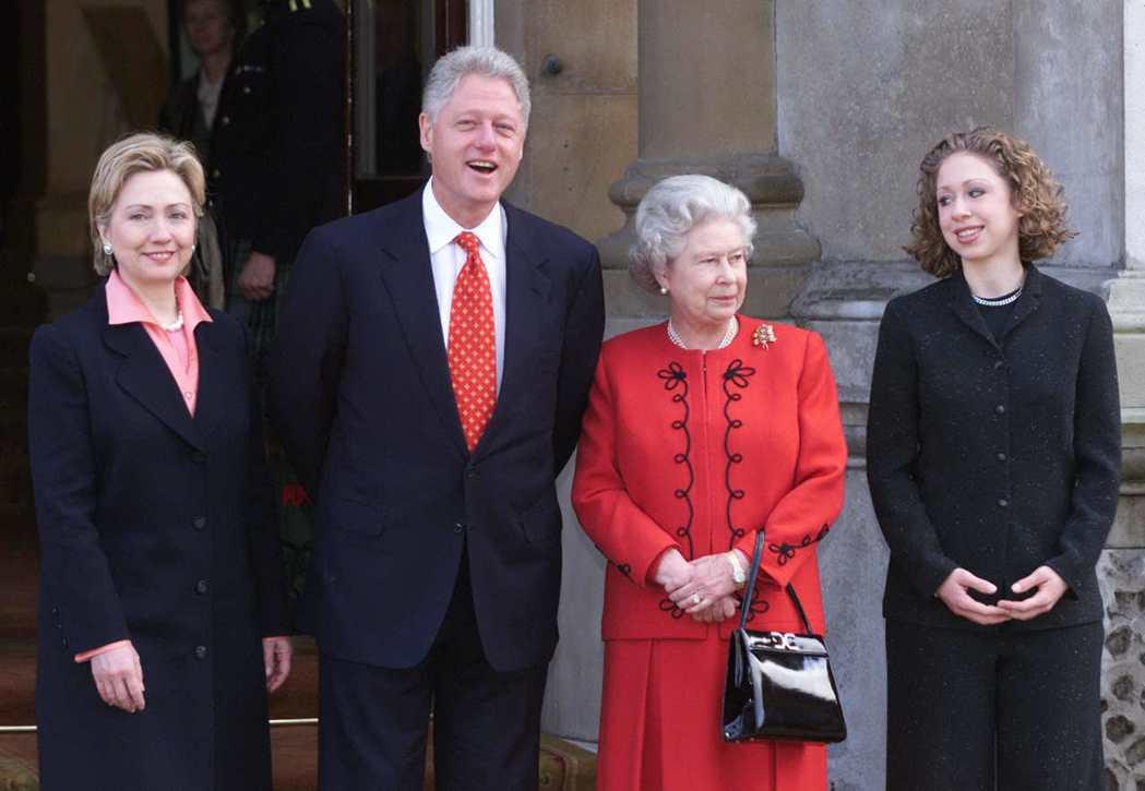 柯林頓一家人2000年到白金漢宮作客,與伊莉莎白女王(右二)合影。 (路透)