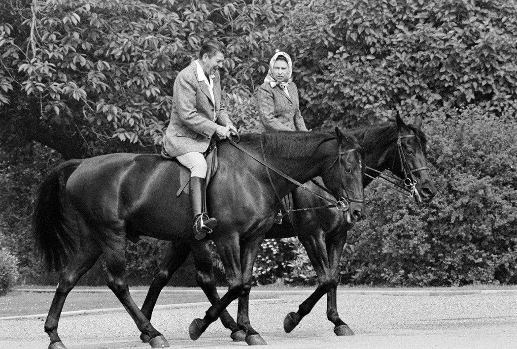1982年6月8日,雷根與伊莉莎白女王一同在溫莎大公園騎馬。 (美聯社)