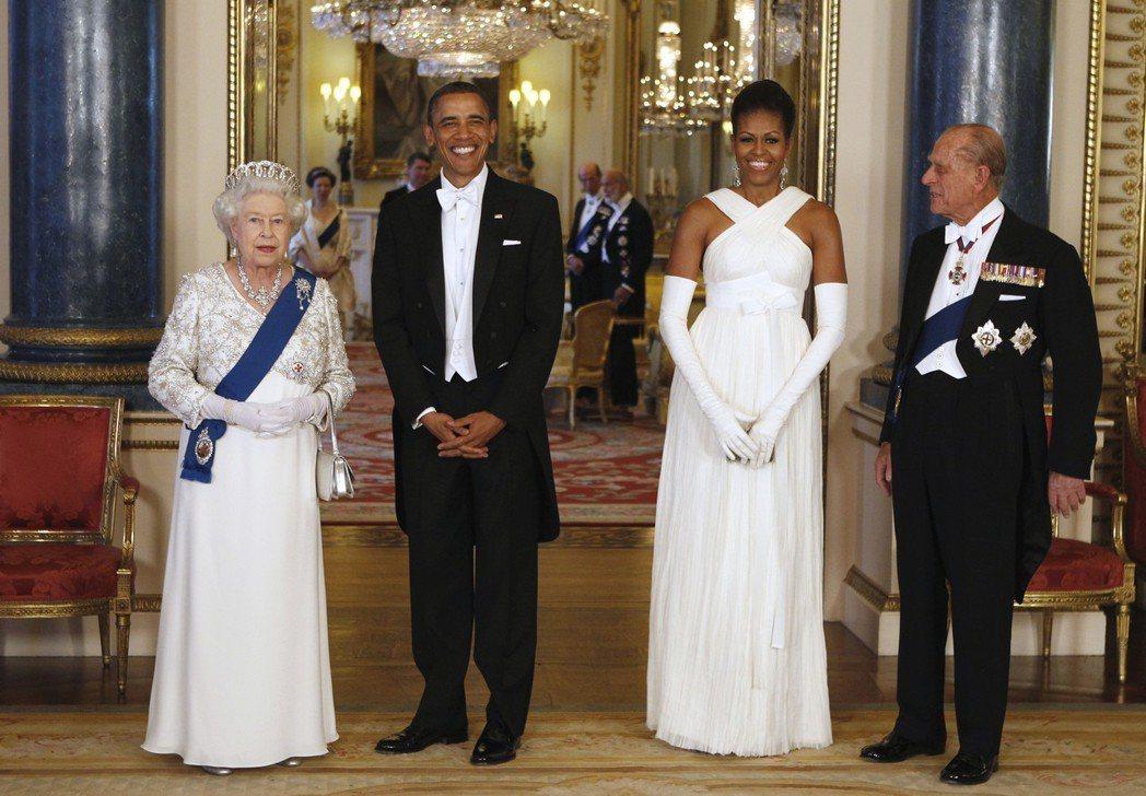 伊莉莎白女王(左)和夫婿菲利普親王(右)2011年在白金漢宮設宴款待歐巴馬夫婦。...