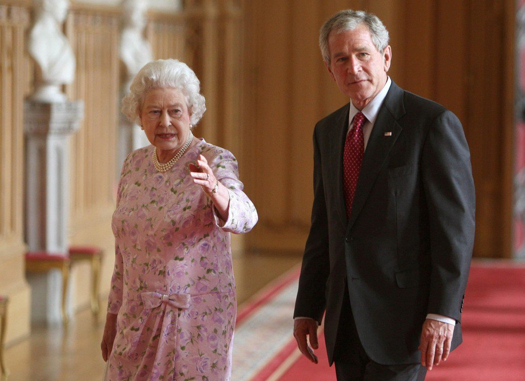 2008年,伊莉莎白女王在溫莎堡招待來訪的小布希。 (美聯社)